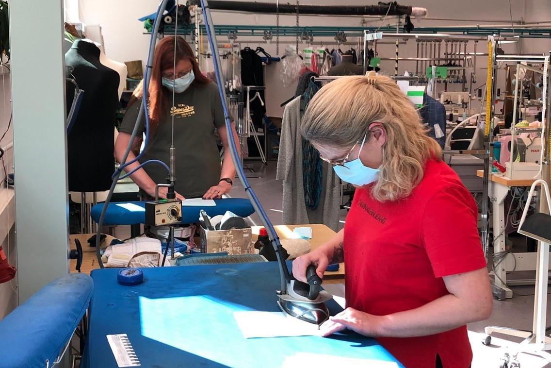 L'atelier de retouches de Bram sert maintenant à la production de masques en tissu pour le personnel soignant, les entreprises et les autorités luxembourgeoises. (Photo: Bram)