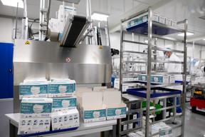 Une machine assemble aussi les boîtes, une autre les plastifie. ((Photo: Matic Zorman/Maison Moderne))