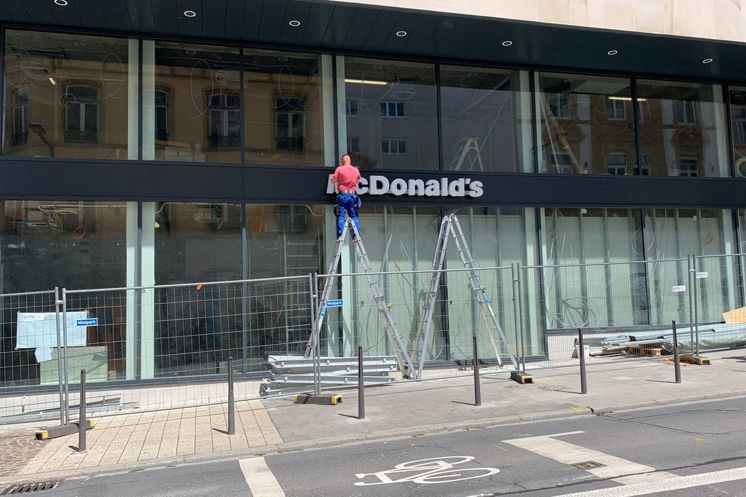 The McDonald's sign was put up on Tuesday at the new location on the corner of Avenue de la Gare and Rue de Bonnevoie. (Photo: Paperjam)