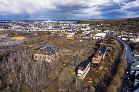 Sur le site de la Rout Lëns, les Keeseminnen sont les bâtiments situés le long de la voie de chemin de fer (à droite sur cette photo). (Photo: Nader Ghavami/Archives Paperjam)