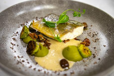 Omble chevalier, choux de Bruxelles, girolles, olives taggiasche. (Photo: Hôtel Le Royal)