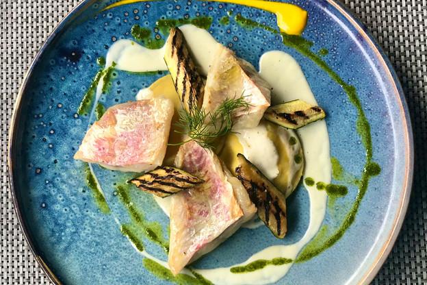 Bel exemple de plat du jour au Come Prima: filet de rouget, courgettes grillées, crème d'aneth citronnée et ravioles d'aubergines. (Photo: Maison Moderne)
