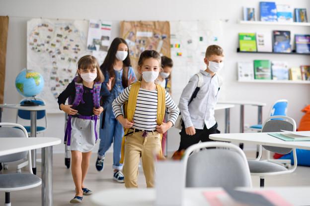 À partir de 6ans, le port du masque n'est pas nécessaire en classe une fois assis, mais l'est bien lors des déplacements dans le bâtiment et pendant le transport scolaire. (Photo: Shutterstock)
