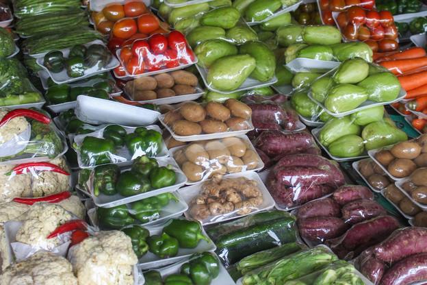 Interdire le conditionnement préalable de certains fruits et légumes frais dans la préparation jusqu'à la vente finale est une des options pour réduire le recours aux emballages plastiques envisagées dans la stratégie «zéro déchet». (Photo: Shutterstock)