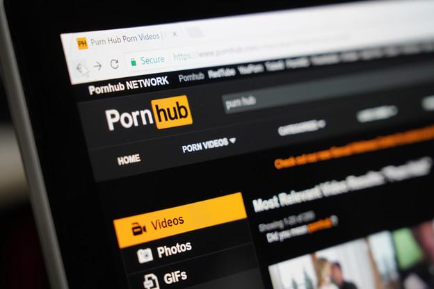 MindGeek a été épinglée fin 2020 après la révélation de la présence de vidéos de viols sur mineurs sur ses plateformes, dont Pornhub. (Photo: Shutterstock)