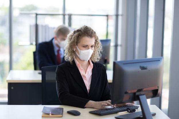 Le choix se résumerait-il à venir travailler avec un masque ou à prendre sur son quota de congés? Une banque tente le coup. (Photo: Shutterstock)
