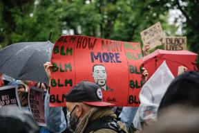 Une manifestation devant l'ambassade des États-Unis à Luxembourg pour dénoncer le racisme et réclamer plus de justice après la mort de George Floyd. (Romain Gamba / Maison Moderne)