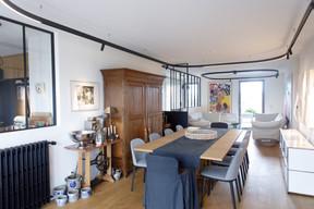 Dans le salon, mobiliers ancien et contemporain dialoguent chaleureusement. ((Photo: Matic Zorman / Maison Moderne))