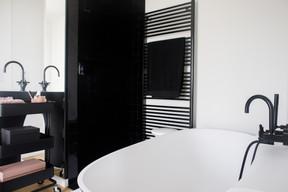 La salle de bains reprend les codes du noir et blanc, avec notamment l'utilisation de zelliges. ((Photo: Matic Zorman / Maison Moderne))