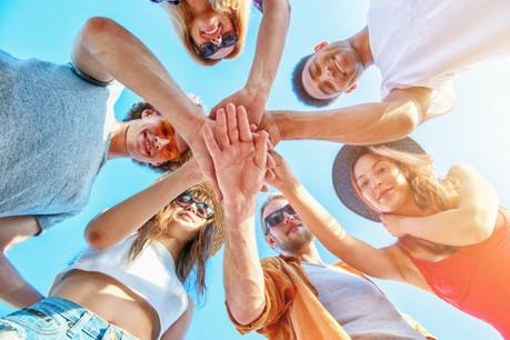 Neuf jeunes sur dix sont heureux de leur vie avec leurs parents et leurs amis. Plus quand ils ne travaillent pas encore, parce qu'ils ont plus de temps à leur consacrer. (Photo: Shutterstock)