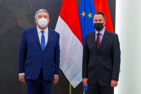 Le ministre d'État monégasque, Pierre Dartout, et le Premier ministre, Xavier Bettel, à Luxembourg, lors de la signature d'un accord bilatéral portant sur l'hébergement des données sensibles de la principauté, dans le cadre d'une e-ambassade. (Photo: SIP)