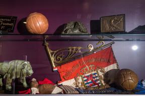 Le bâtiment principal est décoré avec des photos et des souvenirs de l'histoire du foot luxembourgeois. ((Photo: Nader Ghavami))