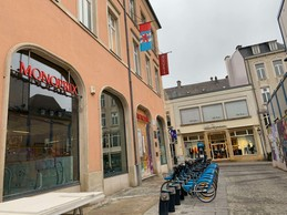 À terme, le magasin et sa brasserie Le Petit Bohème bénéficieront d'une vaste terrasse au cœur de la place Guillaume II. ((Photo: Maison Moderne))