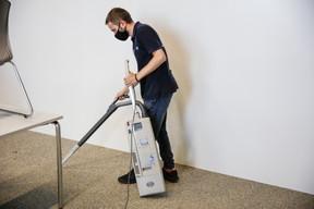 Première étape: l'aspiro-brosseur retire les impuretés des fibres. ((Photo: Romain Gamba / Maison Moderne))