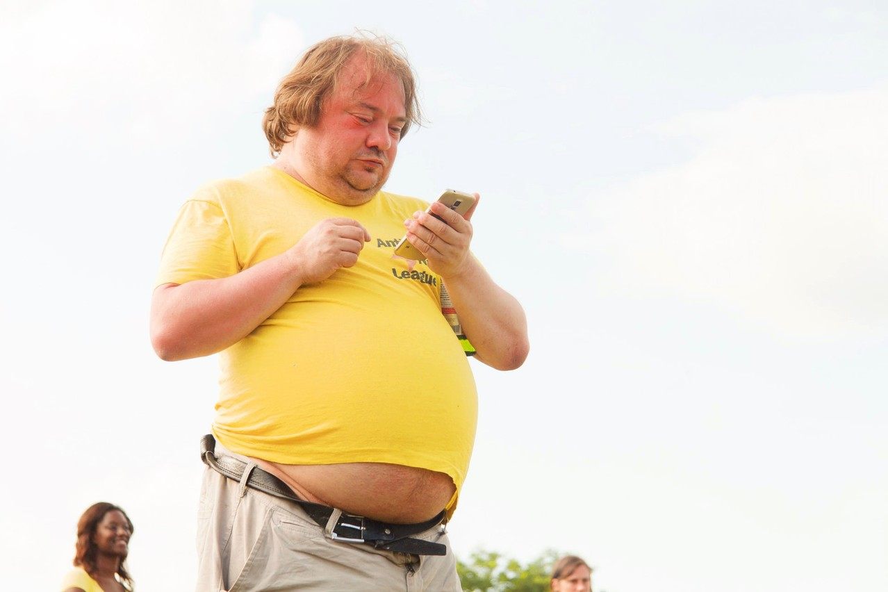 Across the entire EU, men are much more likely than women to be overweight, with the difference particularly pronounced in Luxembourg. (Pictured: man at a flea market in Berlin, 2019.) Photo: Ehimetalor Akhere Unuabona / Unsplash