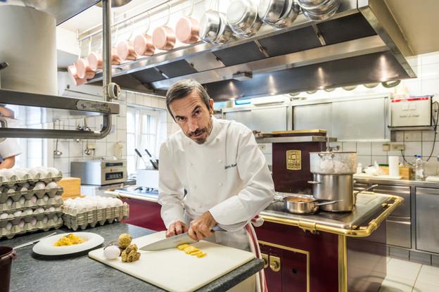 Ilario Mosconi fait résonner toutes les saveurs de la grande gastronomie italienne dans ses cuisines du Grund depuis plus de 20 ans, pendant que son épouse Simonetta règne avec panache en salle… (Photo: Mike Zenari/Maison Moderne)