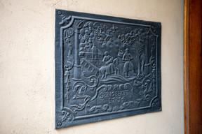 A castiron fireback conserved at the castle Romain Gamba / Maison Moderne