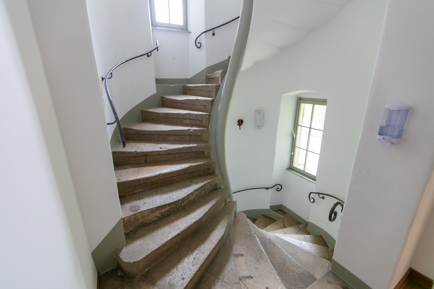 Stairs leading up one of the turrets Romain Gamba / Maison Moderne
