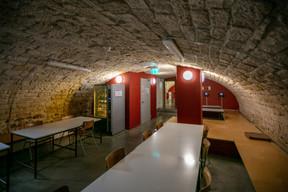La cave voûtée, où le vin était autrefois stocké, sert aujourd'hui d'espace d'étude. ((Photo: Romain Gamba/Maison Moderne))