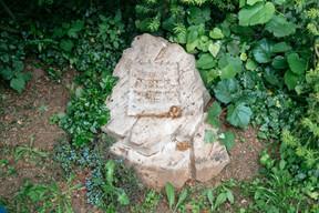 Une pierre tombale d'un enfant, qui, selon Raymond Manes, était le fils d'un ancien propriétaire. ((Photo: Romain Gamba/Maison Moderne))