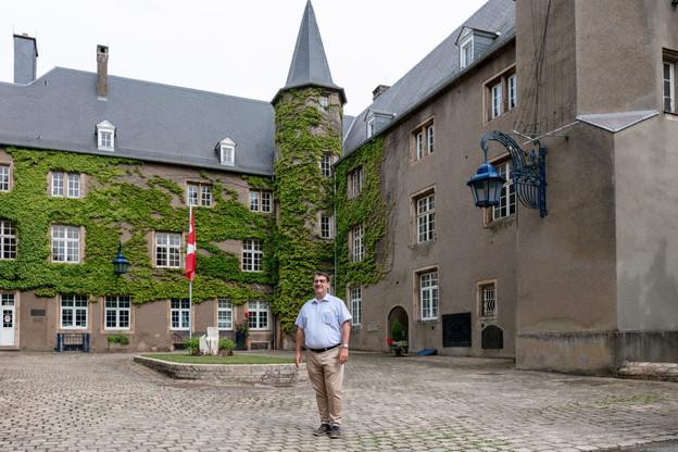 RaymondManes, directeur exécutif du Mudec, ici dans la cour du château de Differdange, a pris ses fonctions il y a un an. (Photo: Romain Gamba/Maison Moderne)