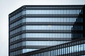 La façade est largement vitrée pour maximiser l'entrée de lumière naturelle. ((Photo:Arhs))
