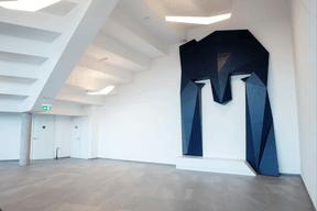 Dans le hall d'entrée, le logo de l'entreprise en version XXL est fièrement affiché. ((Photo: Lala La Photo))