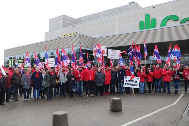 Les syndicats ont mobilisé 150personnes devant le siège de Cactus à Windhof ce lundi matin. (Photo: DR)