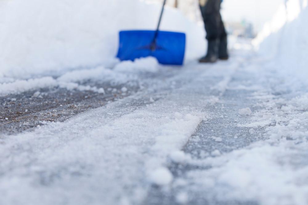 Enlever la neige mécaniquement le plus rapidement possible, avant qu'elle fonde, gèle et forme de la glace, permet de n'utiliser le sel qu'en dernier recours et en moins grande quantité. (Photo: Shutterstock)