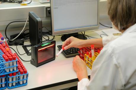 Deux fois plus d'infections ont été diagnostiquées, mais cinq fois plus de tests ont été réalisés entre dimanche et lundi. (Photo: Romain Gamba/Maison Moderne)