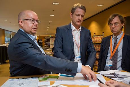 Entre Marco Houwen (président de Lu-Cix asbl) et Pierre Goerens (ministère d'État), le CEO de Lu-Cix, Claude Demuth, explique comment le trafic internet luxembourgeois a doublé en deux ans. (Photo: Nader Ghavami/Archives)