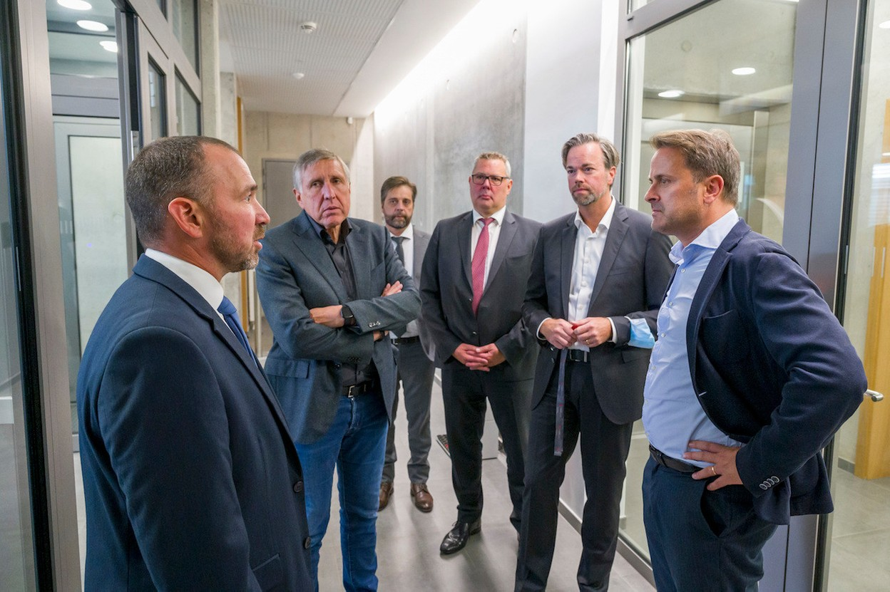 Xavier Bettel is seen with Adjudant Jérôme Sinnes, security officer at the HCPN, François Bausch, Guy Bley, deputy high commissioner HCPN and Luc Feller, high commissioner HCPN.  © SIP / Jean-Christophe Verhaegen