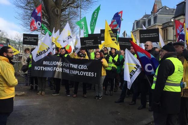 Le mois dernier, à l'appel des syndicats, quelque 150 personnes avaient manifesté devant les locaux de la banque. (Photo: Paperjam.lu / archives)