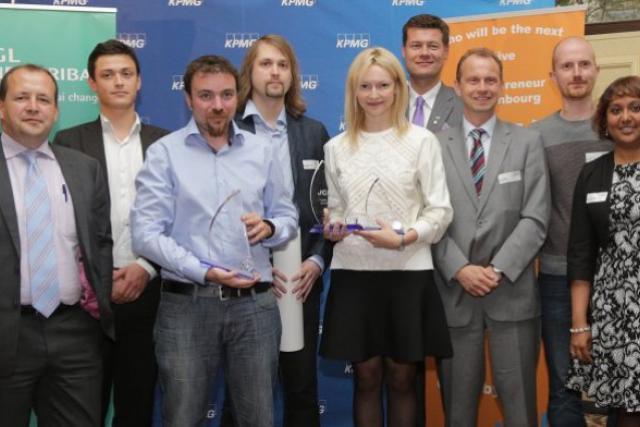 Alexandre Rochegude (Flashiz, en bleu) entouré des deux autres finalistes et des membres du jury.  (Photo: Luc Deflorenne)