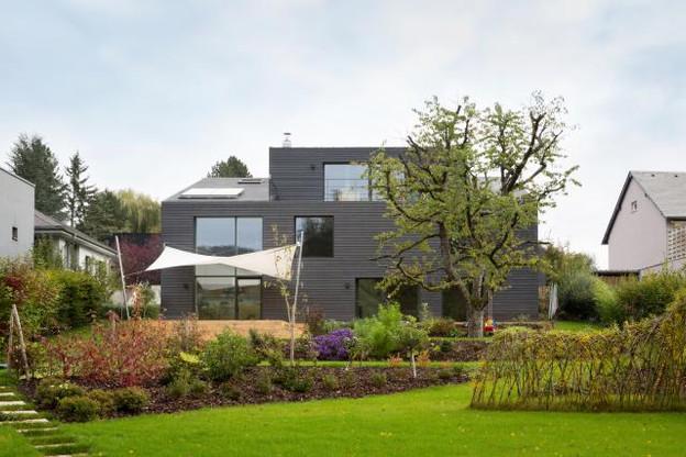 Vue depuis le jardin, la maison a radicalement changé d'aspect. (Photo: Patty Neu)