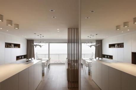 L'appartement a été réaménagé afin d'ouvrir généreusement l'espace vers la mer. (Photo: Liesbeth Goudenhooft)