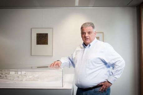 Flavio Becca posant devant la maquette du grand projet immobilier à Gasperich. (photo: Jessica Theis / archives)
