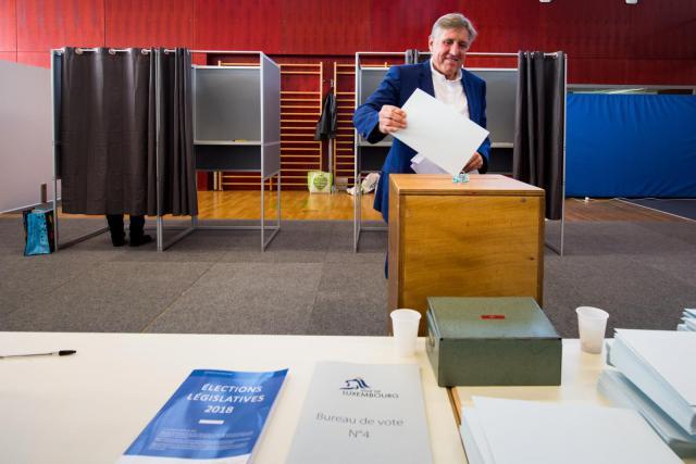 François Bausch a glissé ses suffrages dans l'urne dans un relatif calme. (Photo: Nader Ghavami)