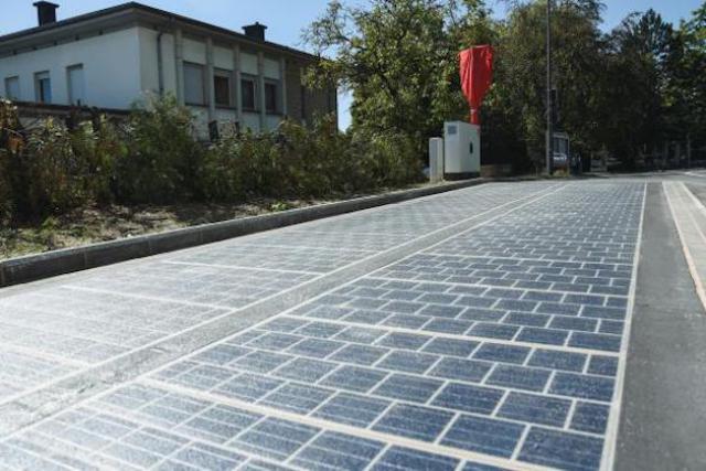 La route solaire s'étend sur une surface de 15m sur 3. La production d'énergie solaire fournit en électricité les serveurs de l'administration de Sanem. (Photo: ville de Sanem)
