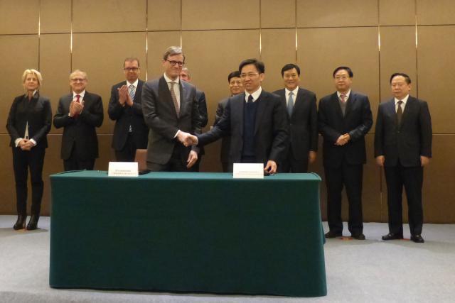 Marc Wengler, directeur général des CFL, et Zhao Wenming, directeur général de Zhengzhou International Hub Development and Construction Company, ont signé un mémoire d'entente sur la création d'une nouvelle ligne ferroviaire entre le Luxembourg et la Chine. (Photo: MDDI)