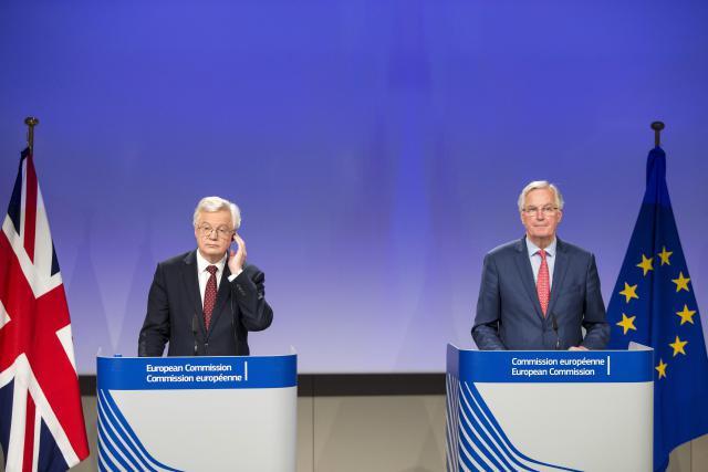 Le Royaume-Uni, représenté à gauche par David Davis, ministre britannique chargé du Brexit, et l'Union européenne, représentée par Michel Barnier, ont du mal à s'entendre. (Photo: Commission Européenne)