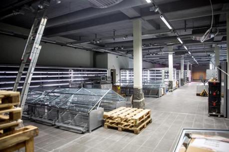 Dans un décor épuré, mode industriel, les rayonnages sont en place pour accueillir les milliers de produits de la gamme Cactus Market. (Photo: Maison Moderne Studio)
