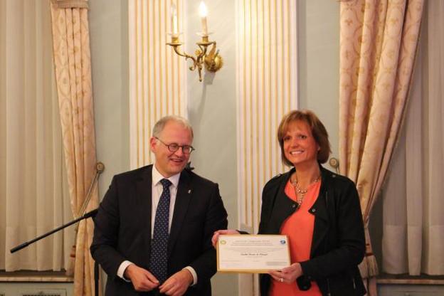 Olivier Schmitz, gouverneur de la province de Luxembourg, remet le prix Upgrade dans les mains de Caroline Bernier, administratrice déléguée de la société C.Concept. (Photo: Luxembourg Creative)