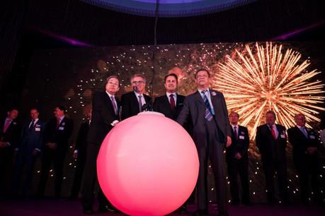 Tous autour de la boule de la fortune pour l'arrivée officielle de la septième banque chinoise au Luxembourg. (Photo: Nader Ghavami)