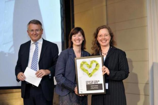 """Sophie Marion et Sandra Peter (Husky) reçoivent le prix """"coup de coeur"""" décerné à leur DRH, Dimitri Ronsse  (Photo : Christophe Olinger)"""