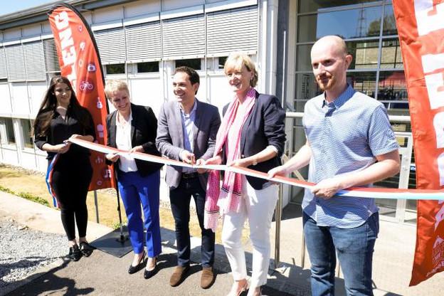 L'Innovation Hub de Dudelange a été officiellement inauguré samedi, en présence du maire de la Ville Dan Biancalana (centre), de la secrétaire d'État Francine Closener (droite), de la CEO de Luxinnovation Sasha Baillie (gauche), et du CEO du Technoport, Diego De Biasio (droite). (Photo: Wili / Ville de Dudelange)