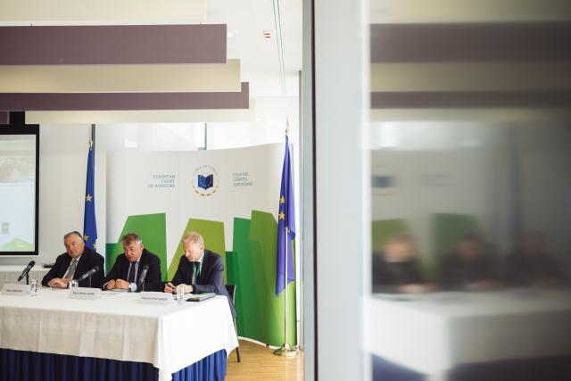 La Cour des comptes européenne, par la voix de son président Klaus-Heiner Lehne (au milieu), entouré par le membre luxembourgeois Henri Grethen à sa droite et le secrétaire général Eduardo Ruiz Garcia, cherche à renforcer la confiance des citoyens dans l'UE. (Photo : Sebastien Goossens)
