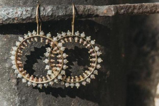 Boucles d'oreilles Martine Schmit - or jaune 750 - diamants et de saphirs - Prix : 1.480€ (Photo: Véronique Kolber)
