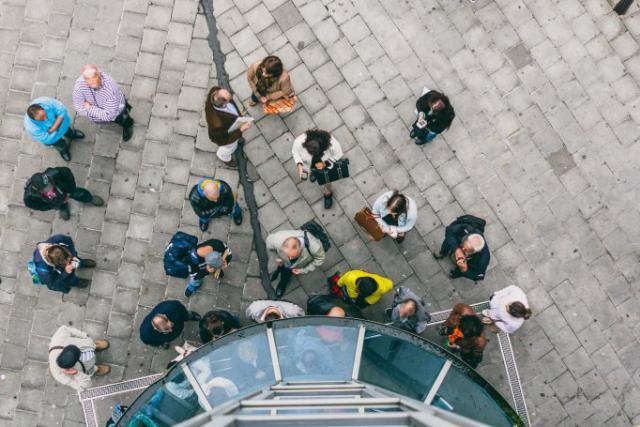 La surveillance sur le lieu de travail peut notamment se matérialiser par la mise en place d'un système d'accès par badge aux entrées et sorties. (Photo: Sven Becker / Archives)