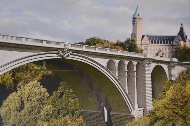 La future passerelle réservée aux piétons et aux cyclistes sera installée entre les deux arches du Pont Adolphe. Entrée en service en novembre 2016. (Photo: ministère du Développement durable et des infrastructures)